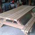 Table de jardin en bois avec banc