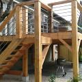 Terrasse sur pilotis avec escalier en bois